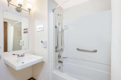 Super 8 by Wyndham Buffalo - Buffalo - Bathroom