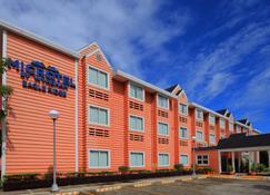 Microtel by Wyndham Eagle Ridge - Trece Martires - Edificio