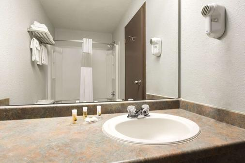 Days Inn by Wyndham, High Prairie - High Prairie - Bathroom