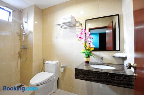 Hallmark View Hotel - Malacca - Bathroom
