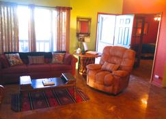 Eclectic Artist Desert Retreat, 4 Miles To Jtnp W/ Hottub - Joshua Tree - Sala de estar
