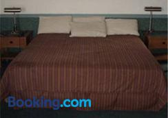 Capone's Hideaway Motel - Moose Jaw - Bedroom