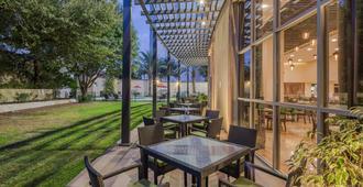 Holiday Inn Monterrey Valle - Monterrey - Patio