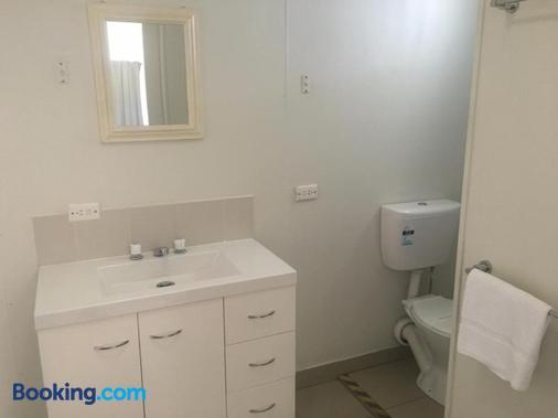 Oakridge Motel Tourist Park - Oakey - Bathroom
