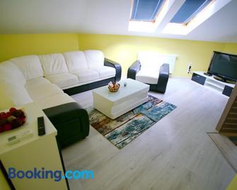 Centrum Lux Apartman - Капошвар - Living room