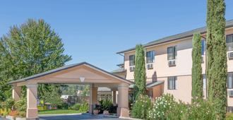 Super 8 by Wyndham Grants Pass - Grants Pass - Building