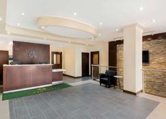 La Quinta Inn & Suites by Wyndham Oshawa - אושאווה - דלפק קבלה