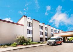 Ramada by Wyndham Lansing Hotel & Conference Center - Lansing - Building