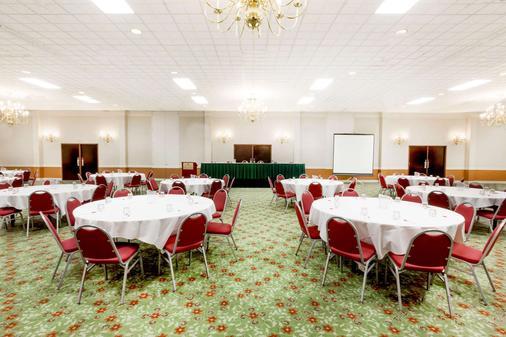 Ramada by Wyndham Lansing Hotel & Conference Center - Lansing - Banquet hall