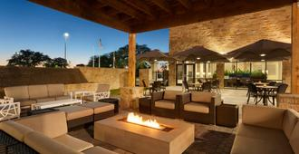 Embassy Suites by Hilton San Antonio Brooks Hotel & Spa - San Antonio - Patio