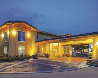 La Quinta Inn by Wyndham Moline Airport - Молайн - Building