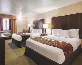 La Quinta Inn & Suites by Wyndham Woodburn - Woodburn - Спальня