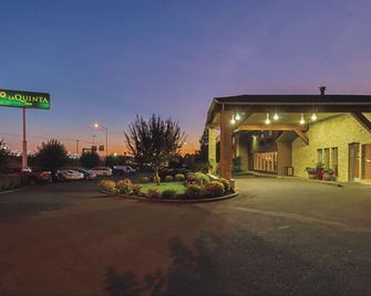 La Quinta Inn & Suites by Wyndham Woodburn - Woodburn - Building