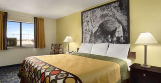 Super 8 by Wyndham Carlsbad - Carlsbad - Bedroom