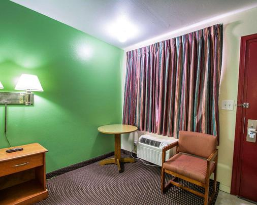 Rodeway Inn - Fort Pierce - Bedroom