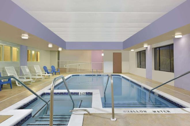 Howard Johnson by Wyndham Allentown Dorney Hotel & Suites - Allentown - Pool