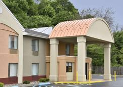 Howard Johnson by Wyndham Allentown Dorney Hotel & Suites - Allentown - Gebäude