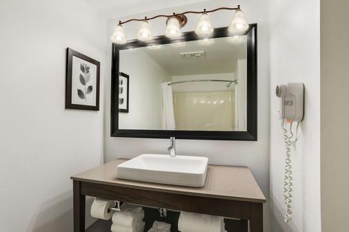 Country Inn & Suites by Radisson, Green Bay, WI - Vịnh Xanh (Green Bay) - Phòng tắm
