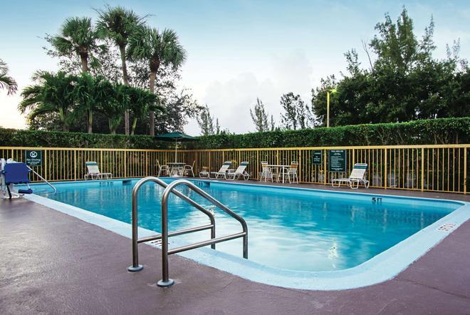 La Quinta Inn by Wyndham West Palm Beach - Florida Turnpike - West Palm Beach - Pool