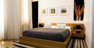 Qiu Hotel Rooms - אוראדיה