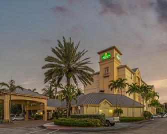 La Quinta Inn & Suites by Wyndham Miami Airport West - Doral - Edificio