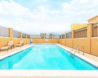 Days Inn by Wyndham Rockdale Texas - Rockdale - Pool