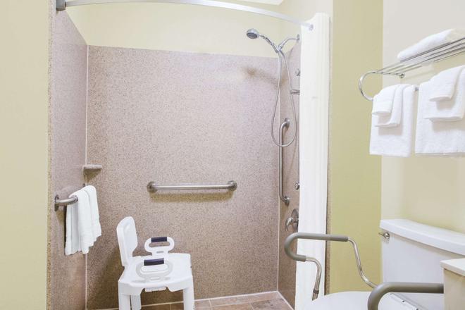 Days Inn by Wyndham Wytheville - Wytheville - Bathroom
