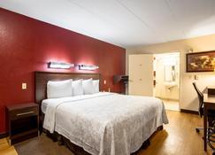 Red Roof Inn Plus+ St Louis - Forest Park/ Hampton Ave - St. Louis - Bedroom