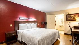 Red Roof Plus+ St Louis - Forest Park/Hampton Ave - St. Louis - Bedroom