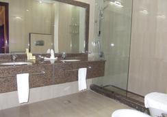 Rawdat Al Khail Hotel - Doha - Bathroom