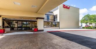 Red Roof PLUS+ & Suites Houston – IAH Airport SW - Houston - Building