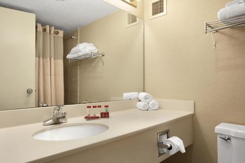 Ramada by Wyndham Fishkill - Fishkill - Bathroom