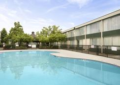 Ramada by Wyndham Fishkill - Fishkill - Pool