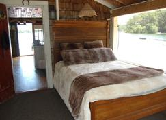 Charming Antique Boathouse Located Directly On Long Pond - Plymouth - Bedroom