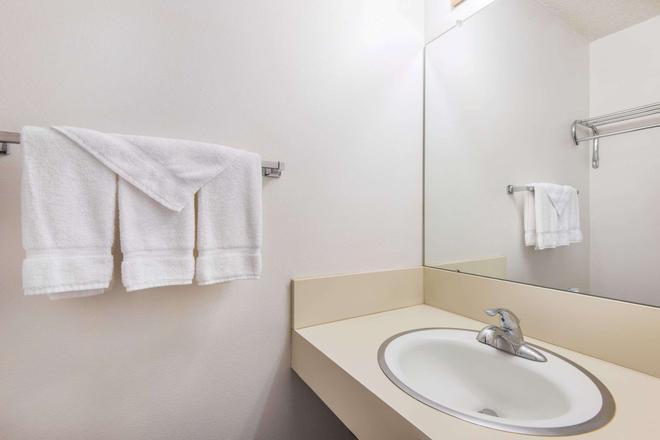 Travelodge by Wyndham Laramie - Laramie - Bathroom