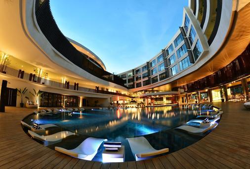 Hue Hotels And Resorts Boracay - Boracay - Pool