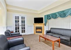 Days Inn & Suites by Wyndham Stockbridge South Atlanta - Stockbridge - Lobby