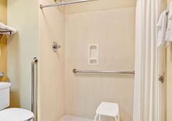 Days Inn & Suites by Wyndham Stockbridge South Atlanta - Stockbridge - Bedroom