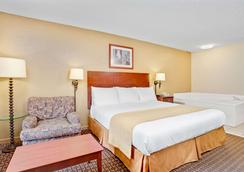 Days Inn & Suites by Wyndham Stockbridge South Atlanta - Stockbridge - Bedroom