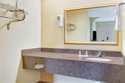 Days Inn & Suites by Wyndham Stockbridge South Atlanta - Stockbridge - Bathroom