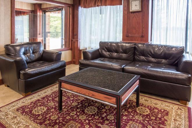Baymont by Wyndham Muskegon - Muskegon - Living room