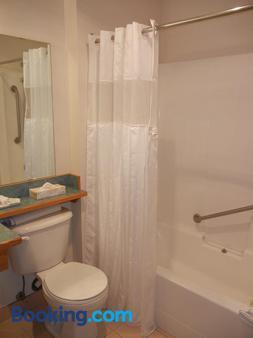 Slumber Lodge - Penticton - Bathroom