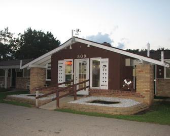 Spinning Wheel Motel - Baraboo - Building