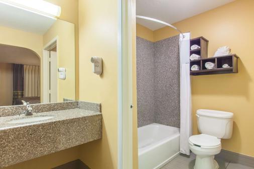 Super 8 by Wyndham Houston/Willowbrook/Hwy 249 - Houston - Bathroom