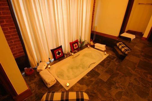 The Dwarika's Hotel - Kathmandu - Bathroom