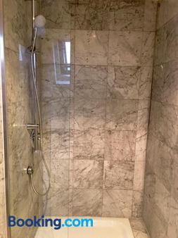 Hotel Hayk - Cologne - Bathroom