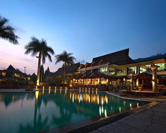 Puteri Gunung Hotel - Lembang - Piscina