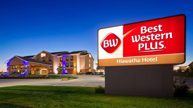 Best Western Plus Hiawatha Hotel - Hiawatha - Building