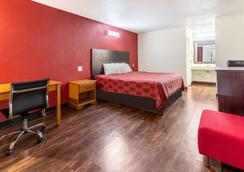 Econo Lodge - Knoxville - Bedroom