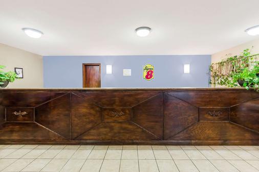 Super 8 by Wyndham Jonesboro - Jonesboro - Front desk